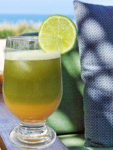 Matcha kokteil apelsinimahlaga